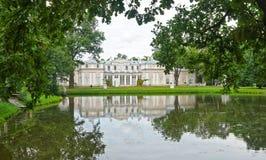 Palais de Chineese et un étang dans Oranienbaum Photographie stock