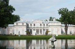 Palais de Chineese près d'un étang dans Oranienbaum Images libres de droits