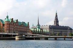 Palais de Christiansborg et bourse des valeurs à Copenhague Photographie stock libre de droits