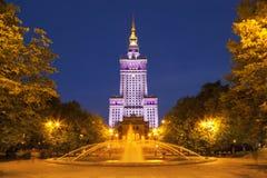 Palais de culture et de la Science à Varsovie, Pologne la nuit Photos stock