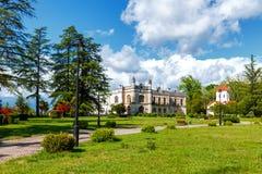 Palais de Dadiani historiques et musée architectural et église situés à l'intérieur d'un parc dans Zugdidi, la Géorgie photo stock
