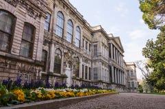 Palais de Dolmabahce avec le jardin Image libre de droits
