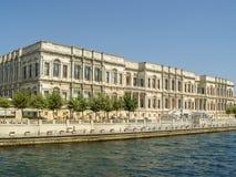Palais de Dolmabahce situé près de la rivière dans Istambul Images stock