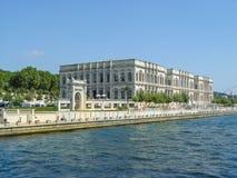 Palais de Dolmabahce situé près de la rivière dans Istambul Photo stock