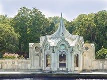 Palais de Dolmabahce situé près de la rivière dans Istambul Photos libres de droits