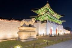 Palais de Gyeongbokgung la nuit à Séoul, Corée du Sud Photographie stock