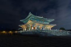 Palais de Gyeongbokgung la nuit à Séoul, Corée du Sud Photos stock