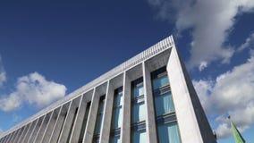 Palais de Kremlin PalaceKremlin d'état des congrès contre le ciel À l'intérieur de Moscou Kremlin, jour de la Russie banque de vidéos