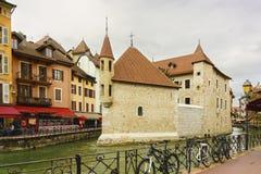 Palais de l `在Thiou河的小岛城堡在阿讷西,开胃菜,法国 库存图片