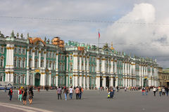Palais de l'hiver et grand dos de palais à Rue-Pétersbourg Images stock