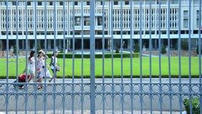 Palais de l'indépendance par Front Gates - Ho Chi Minh City (Saigon) Vietnam banque de vidéos