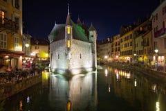 Palais de l'isle τή νύχτα στο Annecy - τη Γαλλία Στοκ Φωτογραφίες