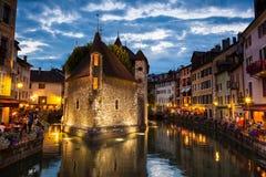 Palais de L'isle bis zum Nacht in Annecy Stockfotografie