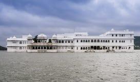 Palais de lac sur le lac Pichola, Udaipur, Inde Photo libre de droits