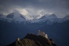 Palais de Leh devant de l'Himalaya Photos stock