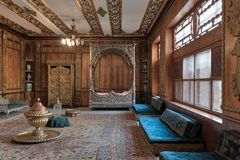 Palais de Manial de prince Mohammed Ali Résidence de mère du ` s de prince avec le lit argenté et la garde-robe d'or, le Caire, E Photos stock