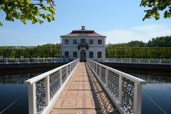 Palais de Marli dans Peterhof, Russie Photographie stock libre de droits