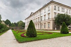Palais de Mirabell d'allée de fleur photographie stock