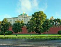 Palais de Moscou Kremlin, murs et dômes de cathédrale l'été Photographie stock