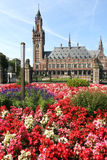 Palais de paix avec des fleurs photos stock