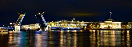 Palais de pont et d'hiver de palais de withf de panorama de nuit en Saint-pe Photographie stock libre de droits