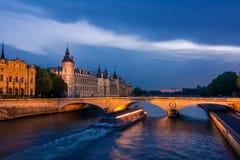 Palais de Rättvisa, nattsikt över Seinen Arkivfoto