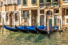 Palais de Venise avec des gondoles amarrées, Grand Canal, Italie images libres de droits