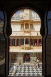 Palais de ville d'Udaipur, une cour par la fenêtre Image stock