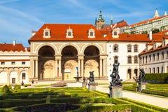 Palais de Wallenstein, le siège du sénat de la République Tchèque, le jour ensoleillé Vue de jardin de Wallenstein, Lesser Town photographie stock