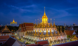 Palais de Wat Ratchanaddaram et en métal de Loha Prasat Photographie stock