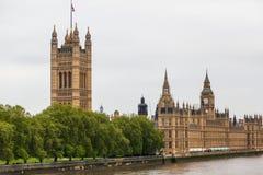 Palais de Westminster à Londres de l'autre côté de la Tamise Photographie stock libre de droits