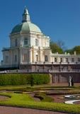 Palais des banlieues de la rue - Pétersbourg Photos libres de droits
