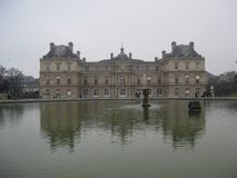 Palais du卢森堡,巴黎的喷泉和前面 库存图片