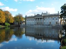 Palais, eau et automne photo libre de droits