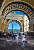 Palais et Alexander Column d'hiver par la voûte de S général Photo stock