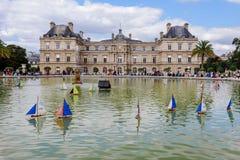 Palais et bateaux du luxembourgeois sur l'étang Photographie stock libre de droits