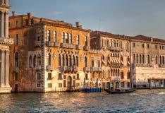 Palais et gondole vénitiens au canal grand Photographie stock libre de droits