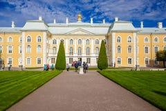 Palais grand dans Peterhof Photographie stock