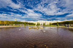 Palais grand dans Peterhof image stock