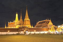 Palais grand de kaew de pra de Wat la nuit, Bangkok Photos stock