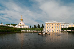 Palais grand de Peterhof à St Petersburg, Russie Images stock