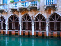 Palais le long des canaux à Venise photo stock