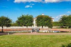Palais Marli en parc inférieur de Petergof près d'un étang Image libre de droits