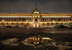 Palais national en Plaza de la Constitucion de Mexico la nuit Photographie stock libre de droits