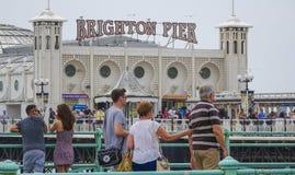 Palais-pilier de Brighton avec des foules photographie stock libre de droits