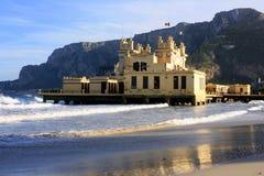 Palais romantique de liberté sur la plage. Palemo, Sicile Photographie stock libre de droits