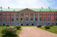 Palais rose pendant l'été (domaine de Kuskovo près de Moscou) Photographie stock libre de droits