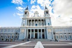 Palais royal avec des touristes la journée de printemps à Madrid Photographie stock