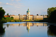 Palais royal de Charlottenburg avec le lac, Berlin Photographie stock libre de droits