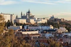 Palais royal en capitale espagnole entourée par des maisons et un p Photo stock